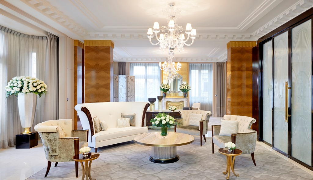 The theme suites of the peninsula paris for Sitting room suites