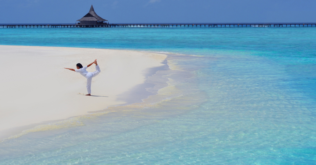 Anantara-Dhigu-Resort-Spa_Yoga-on-the-beach1
