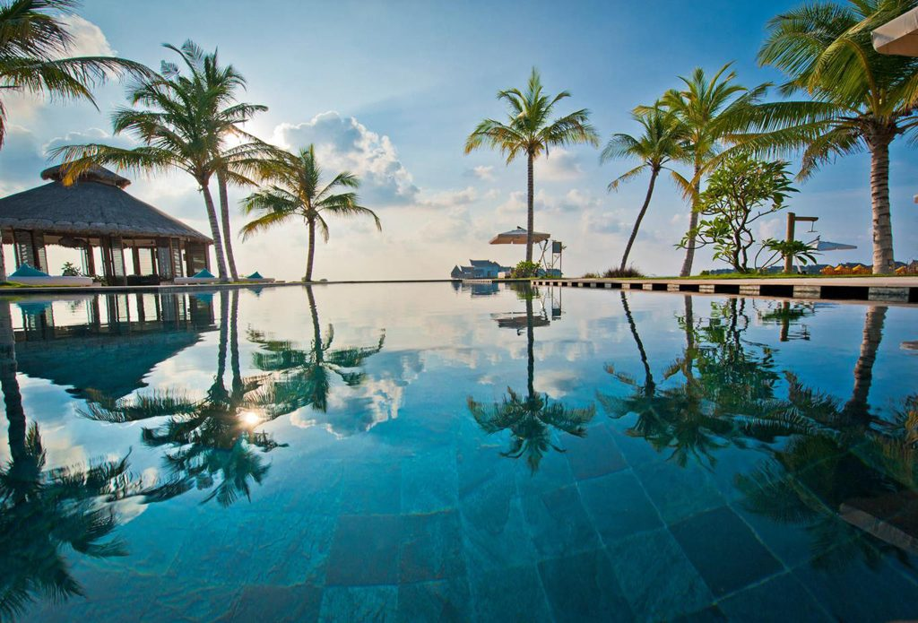 Jumeirah Vittaveli - Main Pool1-touch